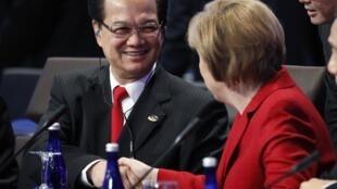 Thủ tướng Việt Nam Nguyễn Tấn Dũng đang bắt tay thủ tướng Đức Angela Merkel  trong hội nghị thượng đỉnh về an ninh hạt nhân tại Washington ngày 13/4/2010.