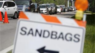Des habitants de Floride pris dans des embouteillages pour aller acheter des sacs de sable à Kissimmee, le 7 septembre 2017, deux jours avant l'arrivée de l'ouragan Irma.