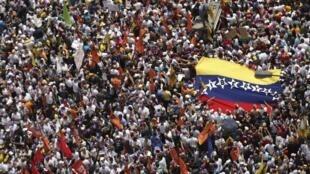 Partidários da oposição venezuelana protestam contra o governo de Nicolás Maduro neste sábado (22).