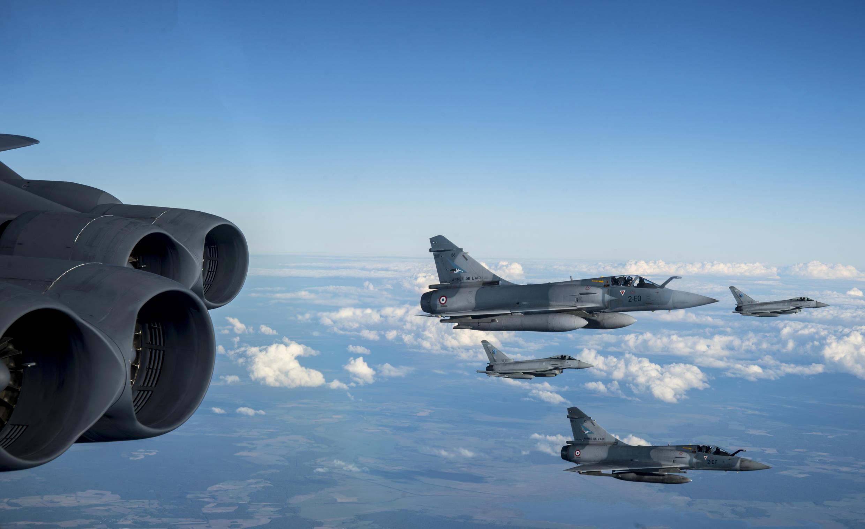 Chiến đấu cơ Mirage của Pháp và Typhoon của Ý tháp tùng chiếc B-52H của Mỹ trong chiến dịch Allied Sky ngày 28/08/2020 trên không phận 30 quốc gia NATO. Nguồn: Bộ Quốc Phòng Mỹ.