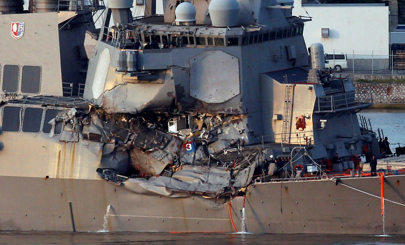 美國海軍導彈驅逐艦菲茨傑拉德號與菲律賓集裝箱貨輪相撞受損後,駛回橫須賀港美軍基地。  2017年6月17日