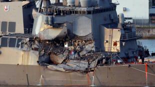 Le destroyer américain USS Fitzgerald, de retour à la base américaine de Yokosuka et endommagé après sa collision avec le porte-containers philippin, samedi 17 juin 2017.
