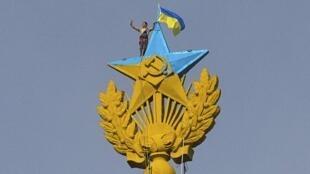 Le drapeau ukrainien a flotté quelques heures au sommet d'un gratte-ciel moscovite, juste au dessus de la faucille et du marteau, symboles du régime soviétique.