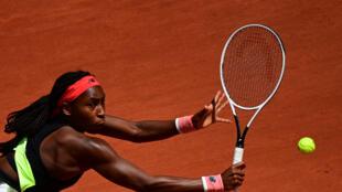 Coco Gauff devuelve una bola de revés a Ons Jabeur durante el partido de octavos de final del torneo de Roland Garros disputado el 7 de junio de 2021 en París