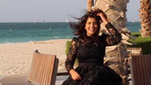 Loujain al Hathloul posa sonriente en una playa en una fotografía publicada el 6 de agosto de 2019 en su página de la red social Facebook