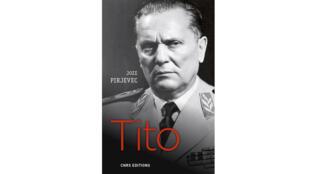 Première de couverture de « Tito, une vie » de Jean-Arnault Dérens et Joz̆e Pirjevec.