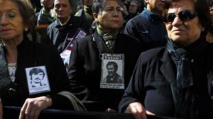 Parentes de vítimas da ditadura de Pinochet comparecem à cerimônia de 41 anos do golpe que derrubou Salvador Allende.