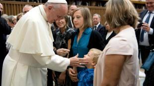 Papa Francisco durante encontro com familiares e vítimas do atentado de Nice no Vaticano