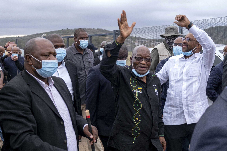 El detenido expresidente sudafricano Jacob Zuma camina a su casa en la localidad rural de Nkandla, el 4 de julio de 2020, tras dirigirse a sus simpatizantes