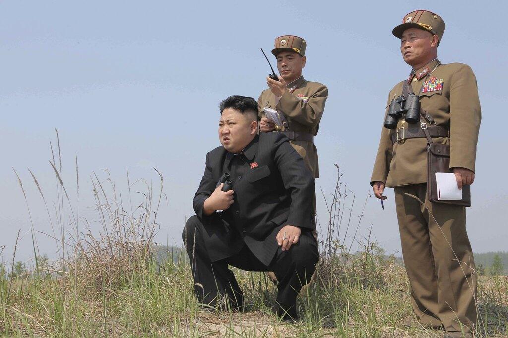 Ким Чен Ын во время ракетных испытаний - фото официального северокорейского агентства KCNA