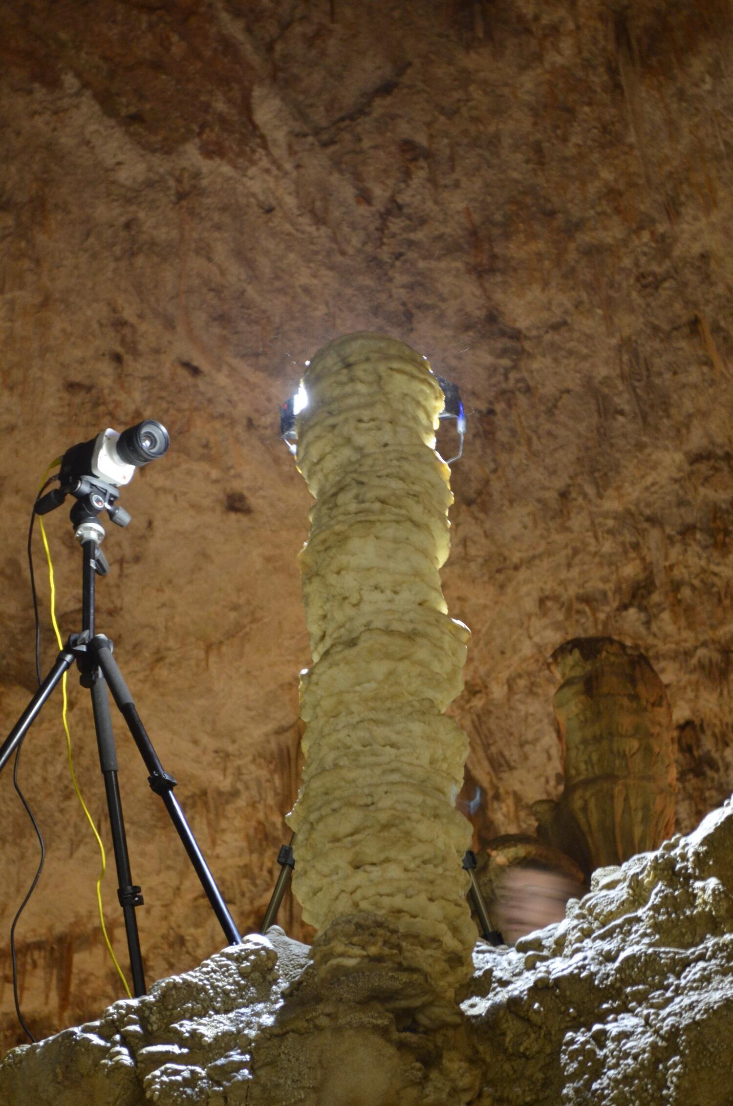 Instalación dentro de la gruta para estudiar este fenómeno.