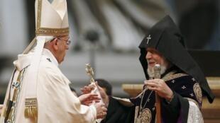 Папа Римский Франциск (слева) и Католикос Гарегин II на богослужении в соборе св. Петра