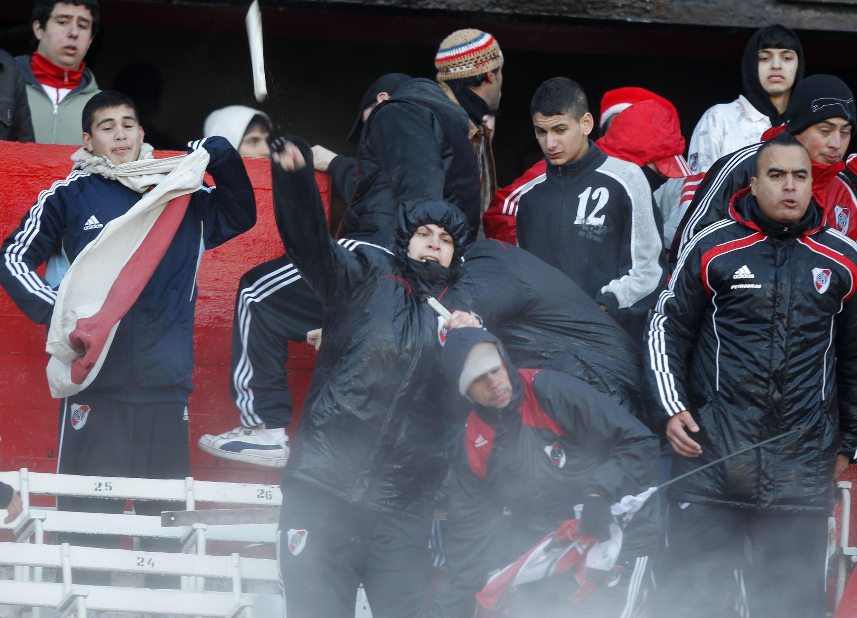 Torcedores do River Plate indignados com o rebaixamento à segunda divisão do time.