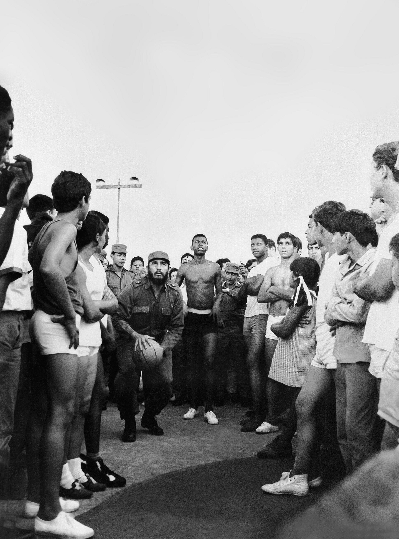 Fidel Castro, en pleine partie de basketball avec des étudiants en agriculture, en 1970 à La Havane.