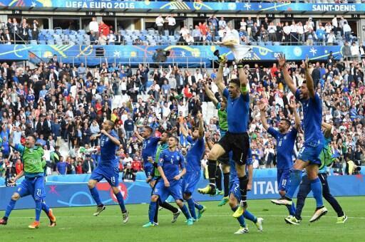 Supporteurs et joueurs italiens célèbrent leur victoire face à l'Espagne 2 à 0, le 27 juin 2016.