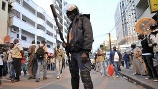 Policier sénégalais dans les rues de Dakar.