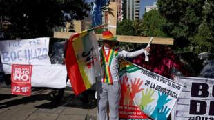 Un manifestant s'est crucifié devant le Tribunal suprême électoral qui a autorisé au président Evo Morales de briguer un 4e mandat, à La Paz, le 5 décembre 2018.