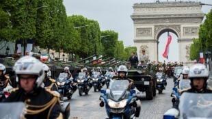 Эмманюэль Макрон приветствует всех на параде в честь национального праздника