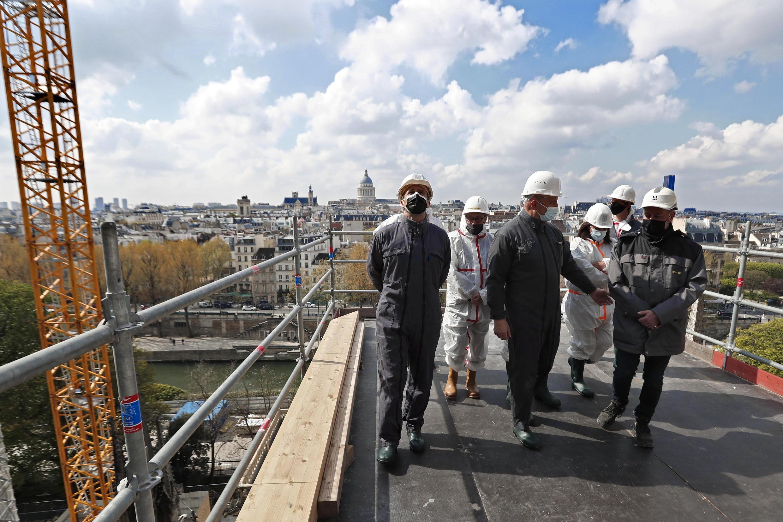 Президент Эмманюэль Макрон посетил Нотр-Дам два года спустя после пожара. 15 апреля 2021.