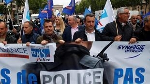 Des policiers en colère après les annonces de Christophe Castaner défilent sur les Champs-Elysées le 12 juin 2020.