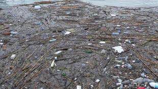 O tsunami na costa oriental do Japão provocou uma massa de detritos que, lançados ao mar, estão chegando a outros países do mundo banhados pelo Pacífico.