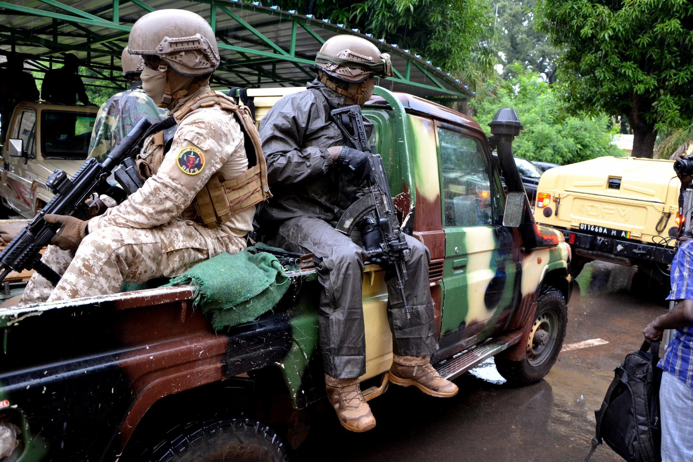 L'escorte du colonel Assimi Goïta, chef de la junte, dans les rues de Bamako, le 22 août 2020.