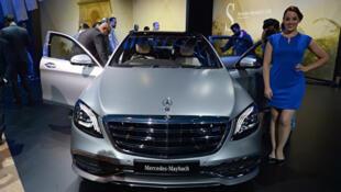 圖為梅賽德斯−奔馳新推出的邁巴赫汽車在2018年印度汽車博覽會期間亮相。(SAJJAD HUSSAIN/AFP)