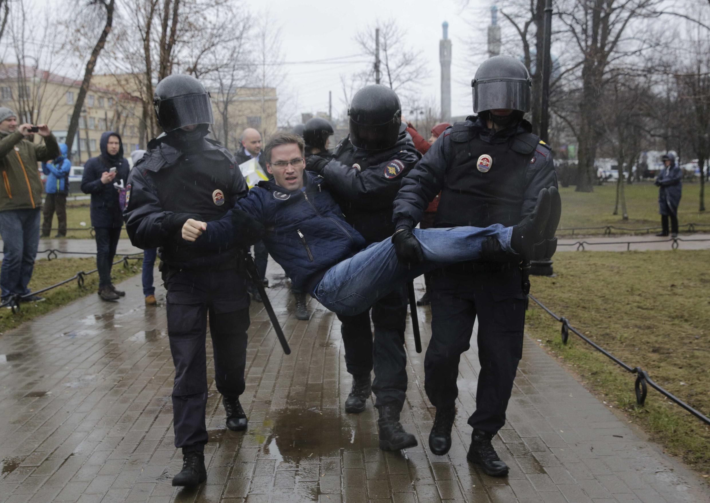 Задержание участников акции #Надоел в Санкт-Петербурге. 30 апреля, 2017