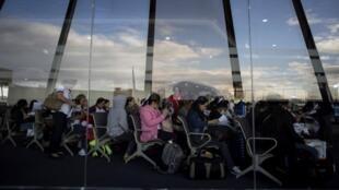 Trabajadoras filipinas regresan de Kuwait, en el aeropuerto de Manila, Filipinas, el 18 de febrero de 2018.