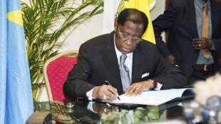Le ministre de la Justice Alexis Thambwe Mwamba de la RDC signait l'accord avec l'opposition le 1er janvier 2017.
