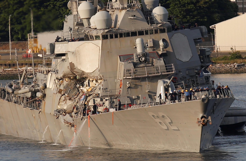 Le destroyer américain endommagé sous un autre angle: sept membres de l'équipage sont portés disparus et trois autres ont été blessés dont le commandant, Bryce Benson, évacué par hélicoptère. Le 17 juin 2017.