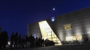 De nombreux visiteurs font la queue à l'entrée du Musée d'Histoire des Juifs polonais, lors de la Nuit des musées à Varsovie, le 25 octobre 2014.