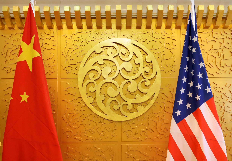 Ảnh minh họa: Cờ Mỹ và Trung Quốc tại một cuộc đàm phán về thương mại tại Bắc Kinh hồi năm 2018.