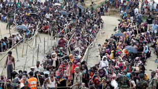 """پناهندگان روهینگیا برای رسیدن کمک، در شهر """"بازار کاکس"""" در بنگلادش صف بستهاند."""