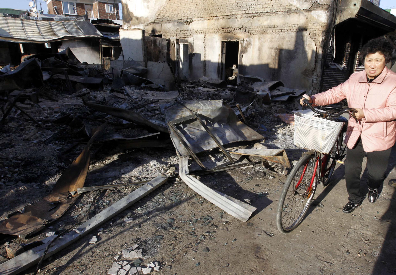 Uma moradora da ilha sul-coreana de Yeonpyeong, dois dias após o bombardeio da Coreia do Norte que deixou quatro mortos e dezenas de feridos.