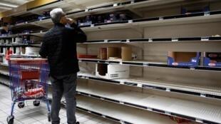 Французы продолжают скупать товары первой необходимости из-за коронавируса