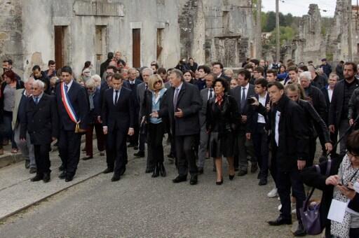 Le candidat d'En Marche ! Emmanuel Macron (3e à gauche) dans les rues du village martyr d'Oradour-sur-Glane, vendredi 28 avril 2017.