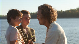 Tye Sheridan (Ellis), Jacob Lofland (Neckbone) et Matthew McConaughey (Mud) dans «Mud», de Jeff Nichols.