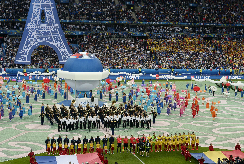 مراسم گشایش بازی های جام فوتبال ملت های اروپا، جمعه ۱۰ ژوئن، در «اِستاد دُ فرانس». دو تیم فرانسه و رومانی پس از شنیدن سرودهای ملی دو کشور، بازی افتتاحیۀ یورو 2016 را آغاز کردند.