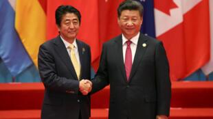 Chủ tịch Trung Quốc Tập Cận Bình (P) tiếp thủ tướng Nhật Bản Shinzo Abe tại Hàng Châu (Hangzhou), ngày 05/09/2016