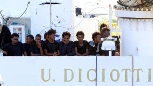 Des migrants à bord du «Ciciotti», dans le port de Catane, en Sicile, le 22 août 2018.