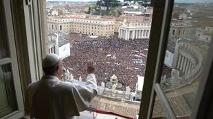O papa Francisco saúda os fiéis durante a oração do Ângelus neste domingo 17 de março.