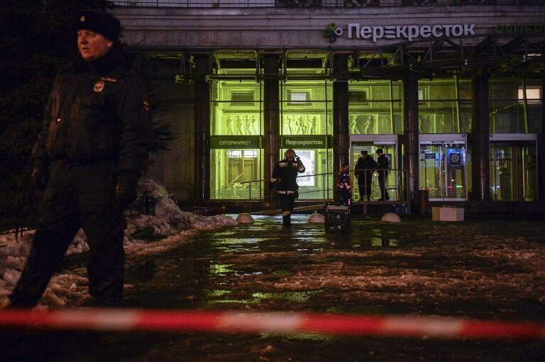 Cảnh sát đứng gác trước cửa siêu thị nơi xẩy ra vụ nổ bom, Saint-Petersburg, Nga, ngày 27/12/2017