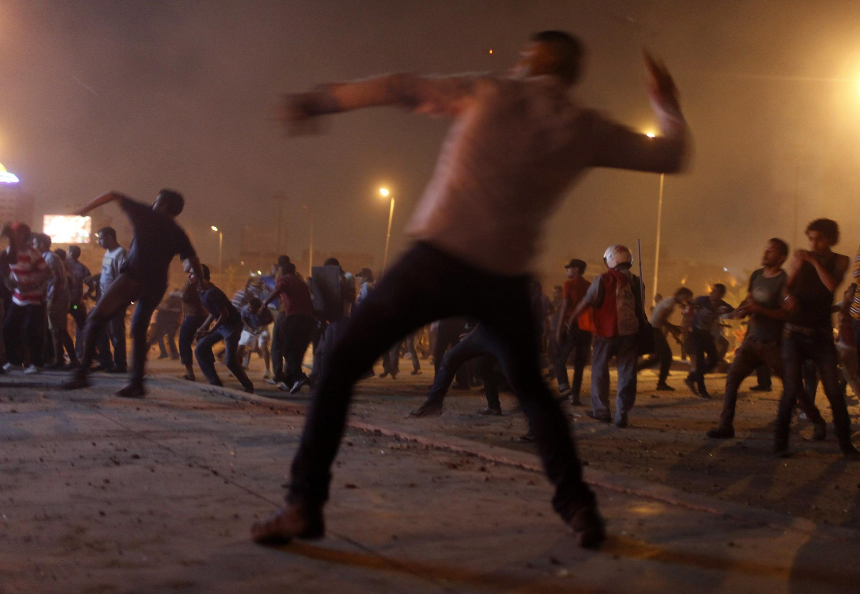 Các vụ đụng độ giữa hai phe chống và ủng hộ Morsi đã làm cho 30 người thiệt mạng (REUTERS /A. Waguih)