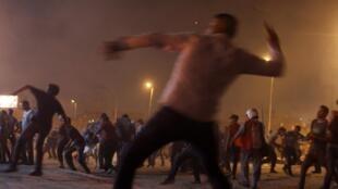 Des manifestants anti-Morsi jettent des pierres à leurs opposants aux abords de la place Tahrir, au Caire, le 5 juillet 2013.