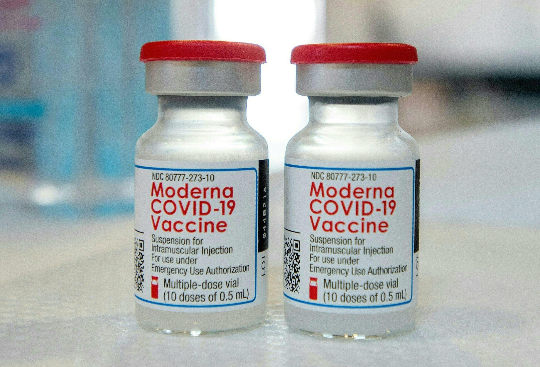 Foto de archivo tomada el 20 de abril de 2021, muestra frasquillos de la vacuna Moderna en una mesa antes de ser cargados en jeringas en una clínica móvil de vacunación contra la Covid-19 en Bridgeport, Connecticut.