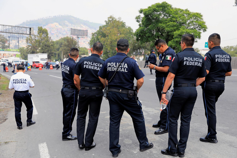 Policías federales bloquean la ruta México-Pachuca para protestar contra la decisión del gobierno de hacerles integrar la Guardia Nacional, el 4 de julio de 2019 en la periferia de Ciudad de México.