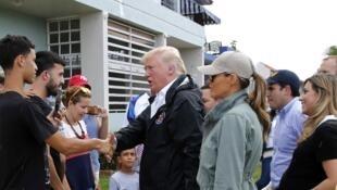 El presidente Donald Trump fue a zonas devastadas por el huracán María en Puerto Rico, el 3 de octubre de 2017.