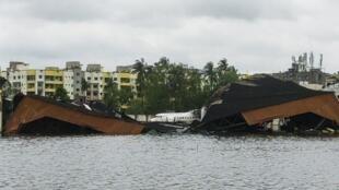 El aeropuerto internacional de Netaji-Subhash-Chandra-Bose, bajo el agua, después de que el ciclón Amphan golpeara la ciudad de Calcuta.