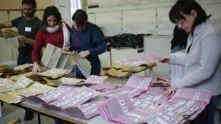 Comissários apuram votos em sessão eleitoral de Roma